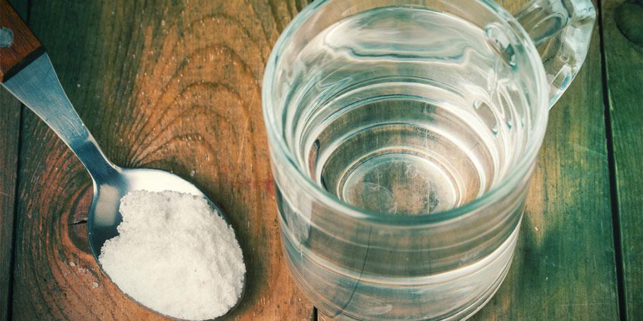 Salzwasser Gurgeln