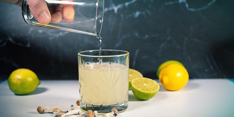 Zubereitung von Lemon Tek: Fülle Deinen Saft Mit Wasser Oder (Nicht Kochendem) Tee Auf
