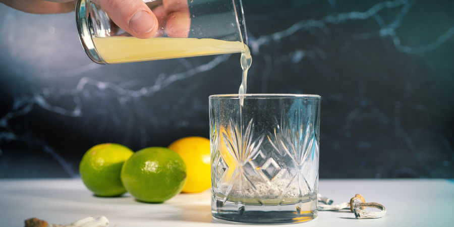Zubereitung von Lemon Tek: Entsafte Die Zitronen Und Gieße Den Saft Über Das Mushroom-Pulver