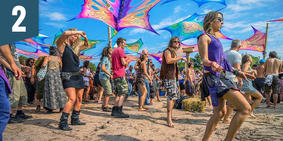 Tanze auf einem psychedelischen Festival