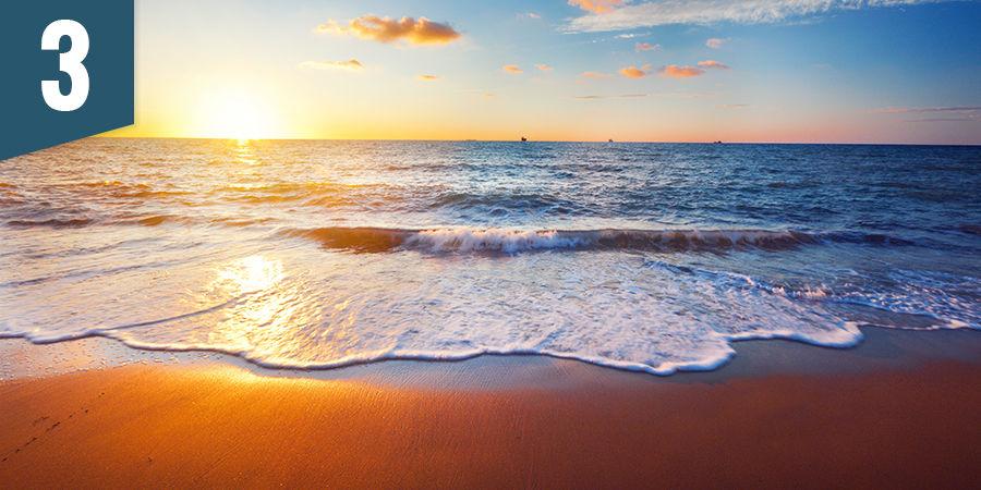 Genieße einen Sonnenuntergang am Strand