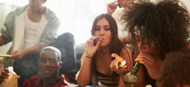 Konsum von Cannabis mit einer Gruppe von Freunden
