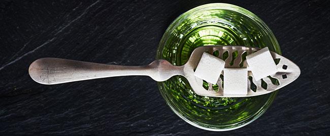 Absinth Glas mit Zuckerwürfel
