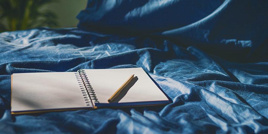 Traumerinnerung: Notizbuch und Stift neben Bett