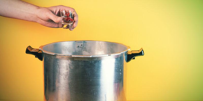 Magic-Mushroom-Sporenspritze: Zuallererst solltest Du Dein Wasser und das Schnapsglas bzw. die kleine Schüssel sterilisieren