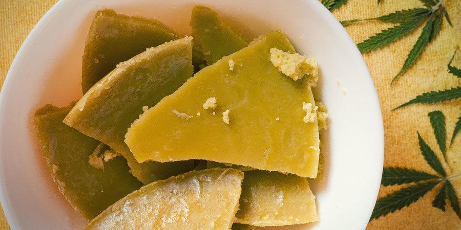 Nutze Verschnitt und Blätter für Cannabutter