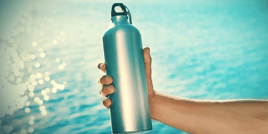 Eine Wasserflasche oder ein Rucksack mit integriertem Wasserschlauch
