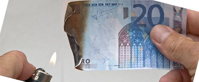 Accendino distruzione di denaro